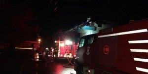 İzmir'de çatısına yıldırım düşen binadaki yangın söndürüldü