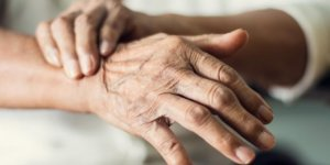 Koku almada azalma ve kabızlık Parkinson habercisi olabilir