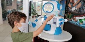 Ateş ölçüp, dezenfektan sıkarak maske veren robot tasarladılar