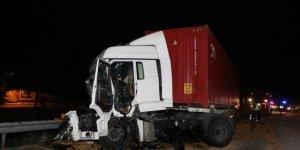Önündeki tıra çarpan tırın şoförü öldü