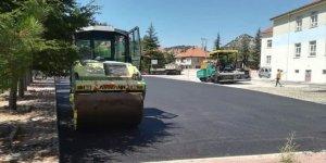 Derebucak'ta okul bahçeleri sıcak asfaltla kaplanıyor