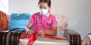 """Emine Erdoğan'ın hediyesi """"Toroslar'ın Kardeleni"""" yörük kızı Emine'ye ulaştı"""
