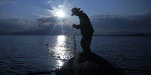 Balıkçıların gurup vakti ağ serme mesaisi kartpostallık görüntüler oluşturuyor