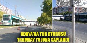 Konya'da tur otobüsü tramvay yoluna saplandı