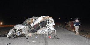 Hafif ticari araç traktörün römorkuna çarptı: 2 ölü, 2 yaralı