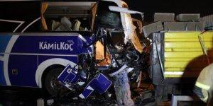 Yolcu otobüsü tırla çarpıştı: 1 ölü, 8 yaralı