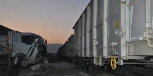 Konya'da hemzemin geçitte trenin çarptığı kamyonun sürücüsü yaralandı