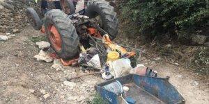 Devrilen traktörün altında kalan çift öldü
