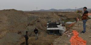 Iğdır'da yolun çökmesi sonucu devrilen kamyonun sürücüsü yaralandı