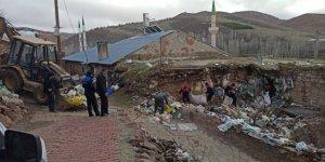 Konya'da bir ev ve bahçesinden 4 kamyon çöp çıkarıldı