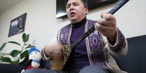 Kazakistanlı misafir öğrenci dombrasıyla Türk dizilerine renk katıyor