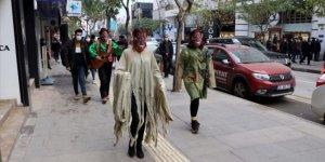 Tiyatrocular ilginç kostümleriyle Kovid-19'a dikkati çekiyor