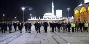 Konya Emniyet Müdürü Mustafa Aydın, görev başındaki polislerin yeni yılını kutladı