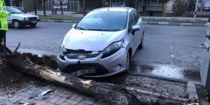 Akşehir'de otomobil ağaca çarptı: 1 yaralı