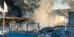 Kocaeli'de fabrikada çıkan yangın söndürülmeye çalışılıyor