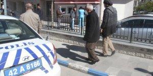 Konya'da banka güvenliği, emekliyi doandırılmaktan kurtardı!