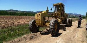 Köy arazi yolunda düzeltme ve genişletme çalışması
