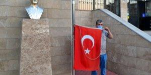 Rüzgarda yere düşen Türk bayrağını dalgalandırmak için seferber oldular