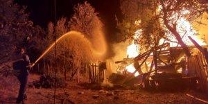 Çıkan yangında ahşap ev tamamen yandı