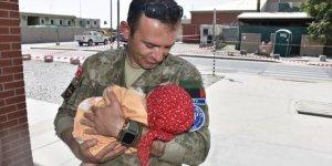 Türk askeri Kabil'deki kontrol noktasında annesinden ayrı düşen Hadiya bebeğe şefkat elini uzattı