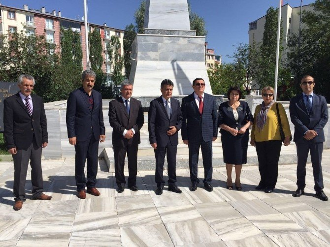 Azeri Belediye Başkanı Garnizon Şehitliğini ziyaret etti