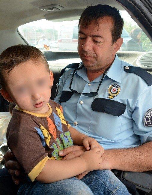 Babacan polis, ağlayan çocuğu biberonla susturdu