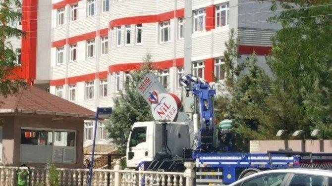 Diyarbakır'da kapatılan FETÖ okullarının tabelası söküldü