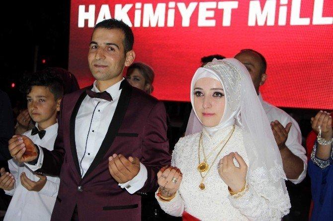 Düğünden çıktılar demokrasi nöbetine katıldılar