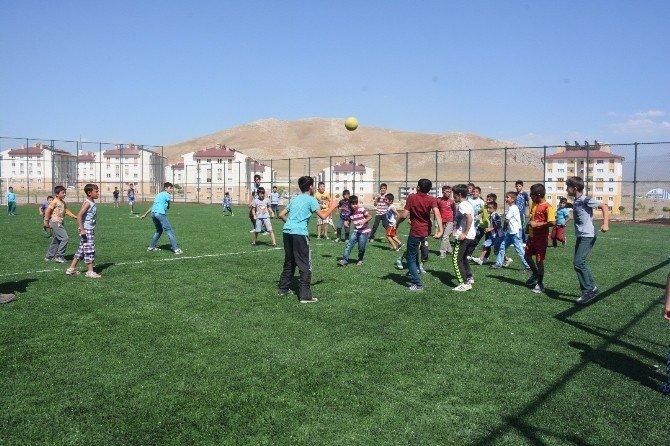 Tuşba Belediyesi'nden birçok mahalleye modern spor sahaları