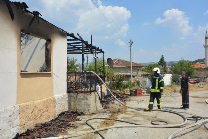 Kaymakamdan evi yanan aileye ziyaret