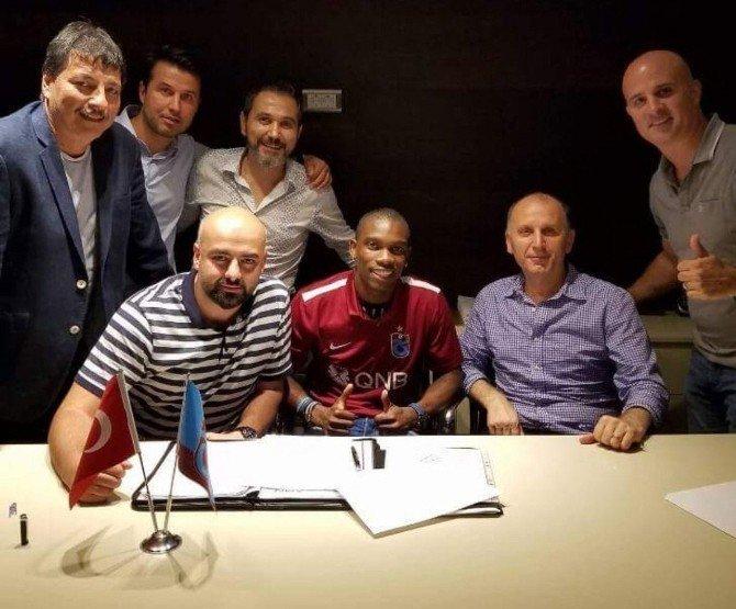 Trabzonspor Fabian Castillo'ya imzayı attırdı
