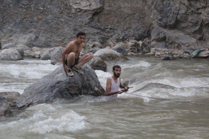 Zap suyuna kapılan 2 çocuk bulunamadı