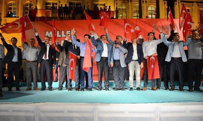 Bakan Eroğlu İzmirlilerle demokrasi nöbetinde