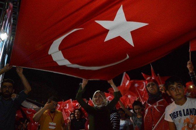 Diyarbakır'daki demokrasi nöbeti coşkuyla devam ediyor