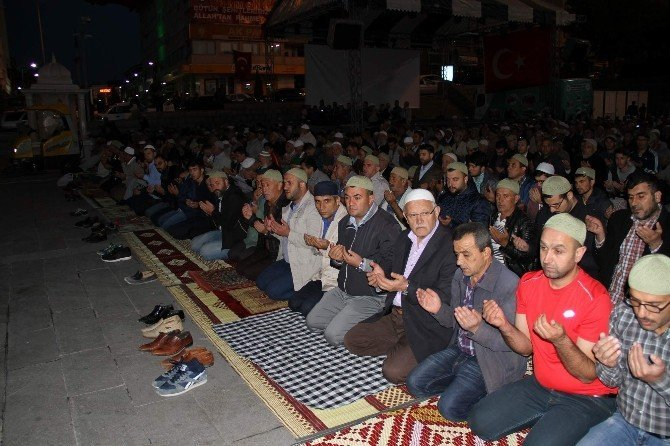 Yozgat'ta 3 bin kişi Cumhuriyet Meydanında sabah namazı kıldı