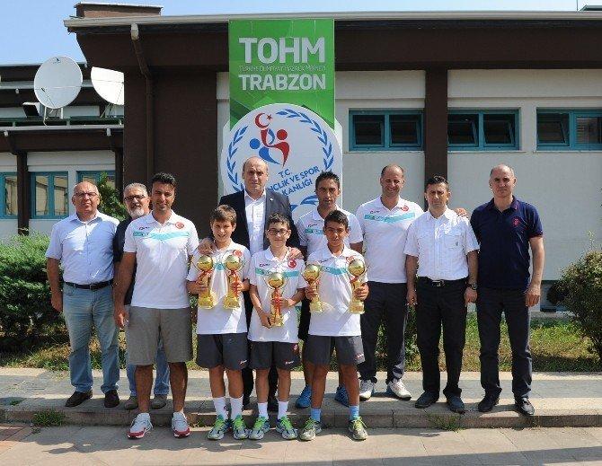 Şampiyon tenisçiler, Gençlik Hizmetleri ve Spor İl Müdürlüğü'nü ziyaret ettiler