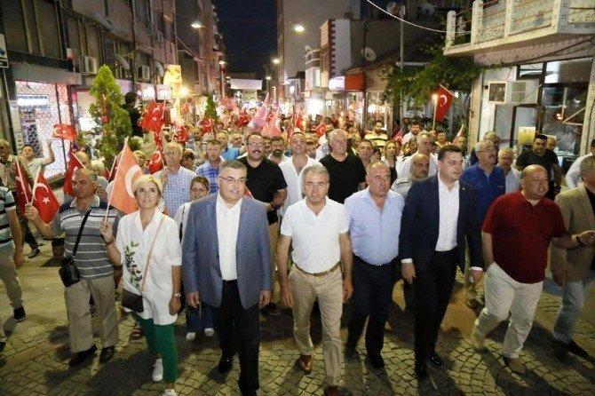 70 metrelik bayrakla demokrasi yürüyüşü