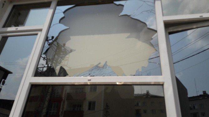 Kapatılan okulun camları kırıldı