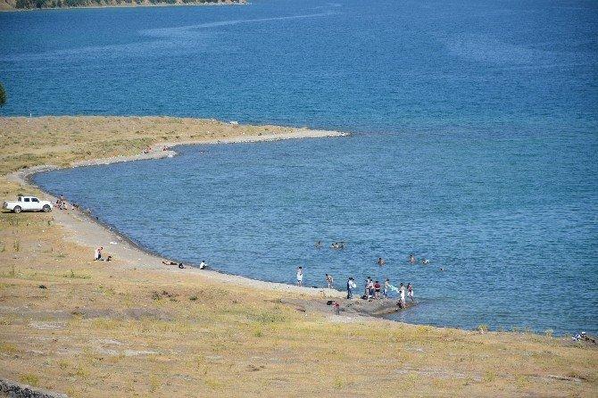 Sıcaktan bunalanlar Van Gölü sahillerine akın ediyor