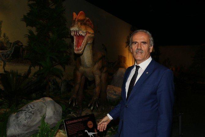 Bakan Özlü 'Dinozor' sergisini açtı