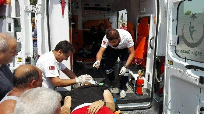Söke'de otomobil park halindeki kamyona çarptı: 3 yaralı