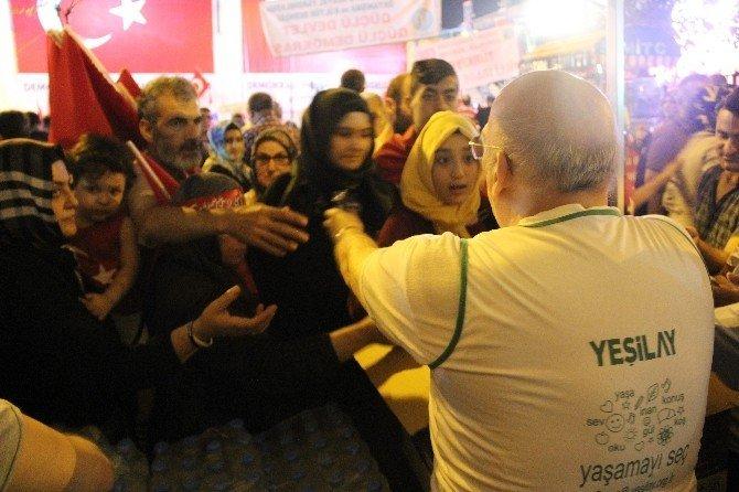 Yeşilay, Bursa'da demokrasi nöbetçilerini yalnız bırakmadı