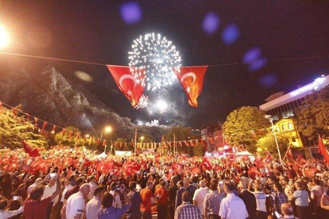 Amasya'da mitingde atılan havai fişekler yangın çıkardı