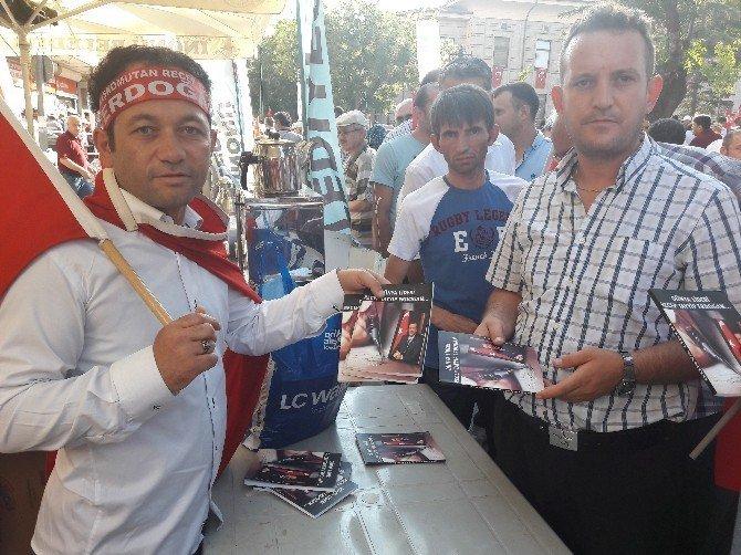 Cumhurbaşkanı Erdoğan için yazdığı kitaplarını ücretsiz dağıttı