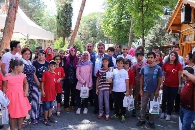 Başkan Özdemir gençleri yemekte ağırladı