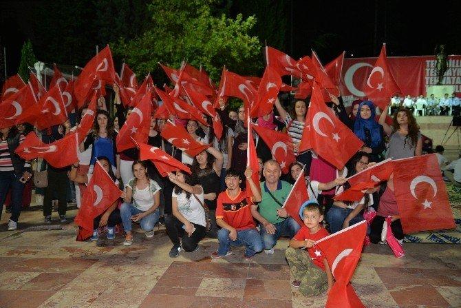 Demokrasi Nöbetine il dışından gelen gençlerden destek