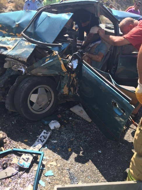 Kuşadası'nda trafik kazası; 3'ü ağır 5 yaralı