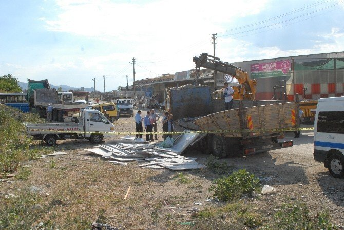 Mermer yüklü kamyonun altında kalan işçi hayatını kaybetti