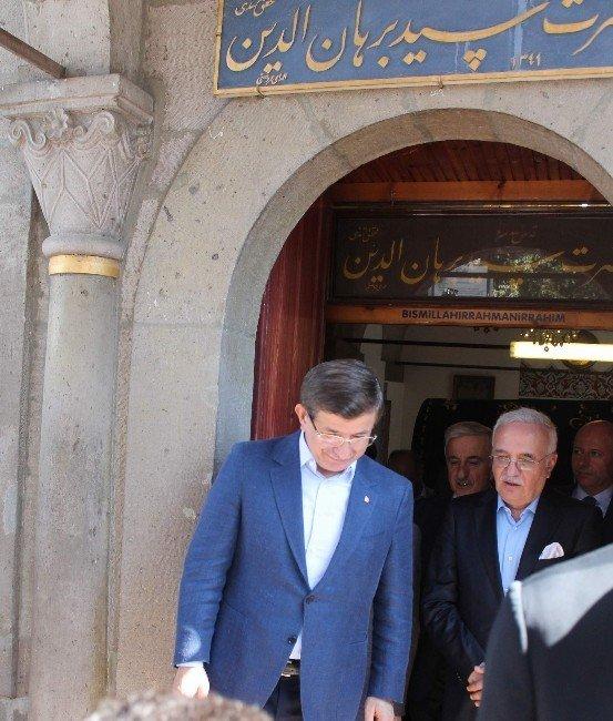 Davutoğlu, Sayyid Burhanedin Hz.'nin türbesini ziyaret etti