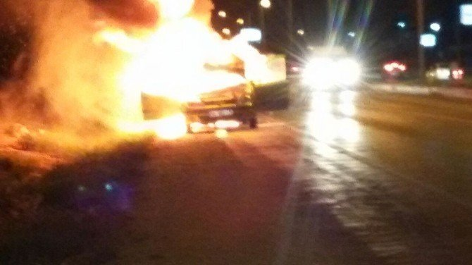 Kuşadası'nda seyir halindeki otomobil alev alev yandı